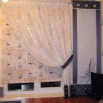 Белая тюль с подхватом на кухонном окне