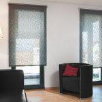 Дизайн гостиной с двумя окнами