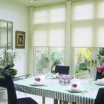 Обеденный стол на кухне частного дома