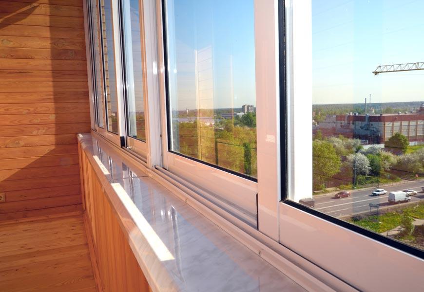 Раздвижные пластиковые окна на обустроенном балконе