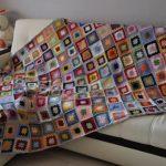 Разноцветное покрывало на диван из остатков ниток