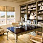 Римские шторы хорошо вписываются в интерьер кабинета