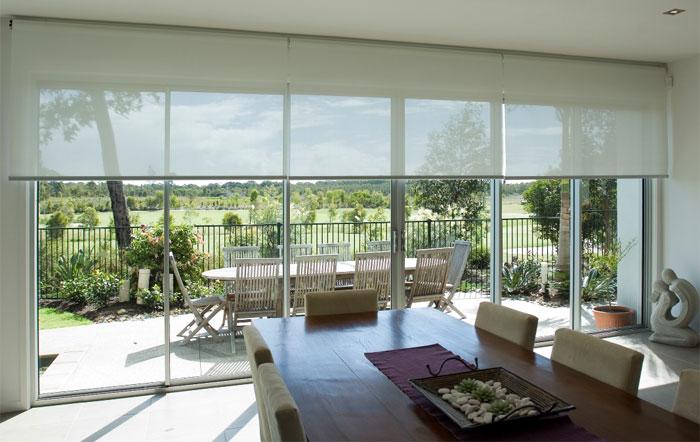 Оформление панорамного окна рулонными шторами