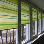 Роллеты в горизонтальную полоску на окне лоджии