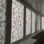 Солнцезащитные роллеты на окне балкона