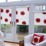 Красные цветы на полотне рулонной шторы