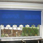 Синяя рулонная штора на кухонном окне