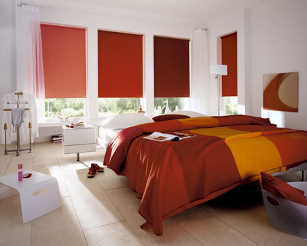 Интерьер спальни с рулонными шторами открытого типа