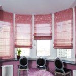 Розовые римские шторы для полукруглого окна