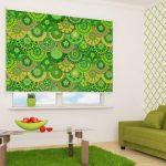 Дизайн комнаты с рулонной шторой зеленого оттенка