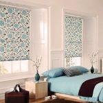 Шторы с принтом на окнах спальни