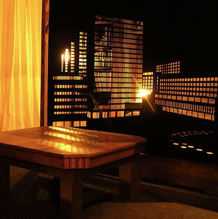 Деревянный стол возле окна со шторой блэкаут с перфорацией