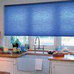 Кухонное окно с голубой рулонной шторой