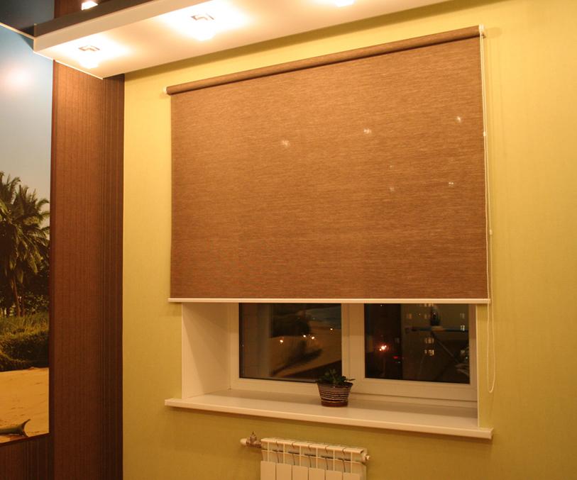 Плотная коричневая штора рулонного типа