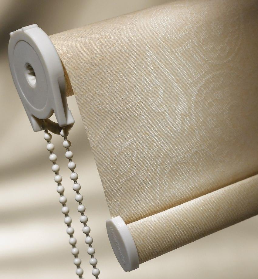 Кронштейн крепления с цепочкой управления на рулонной шторе