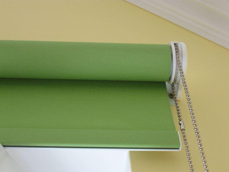 Зеленая рулонная штора с цепочным механизмом