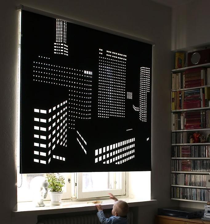 Книжный стеллаж около окна с перфорированной шторой
