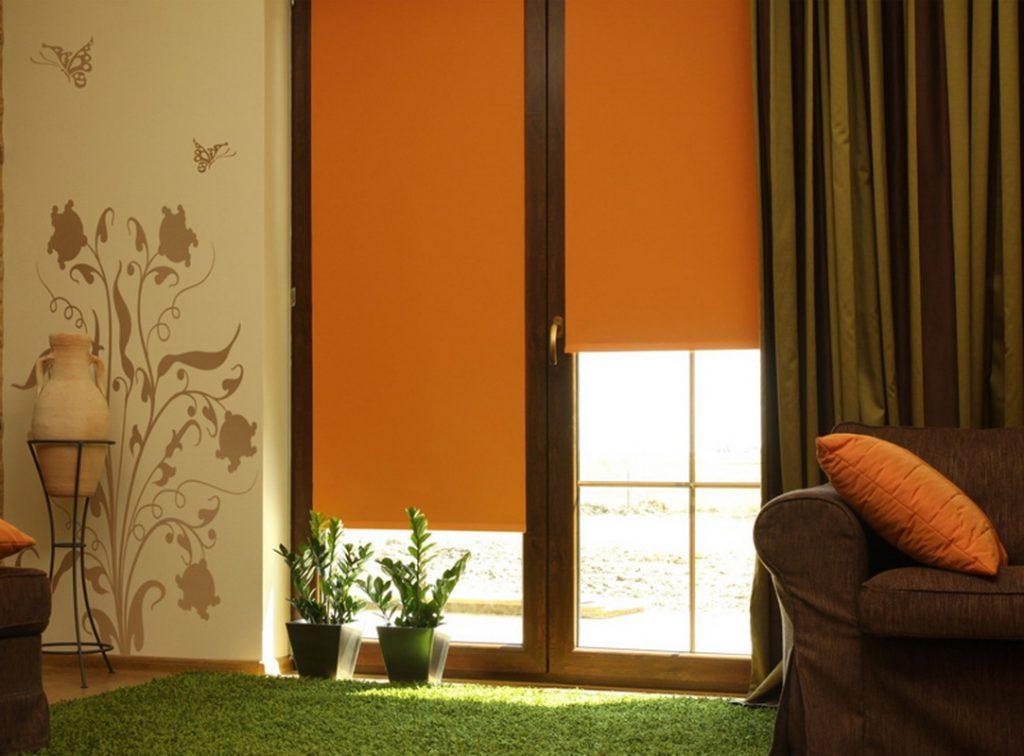 Коричневые рулонные шторы в интерьере гостиной