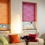 Рулонные шторы разных цветов очень необычно смотрятся в гостиной