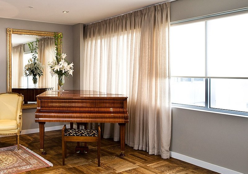Полупрозрачные шторы в классическом интерьере
