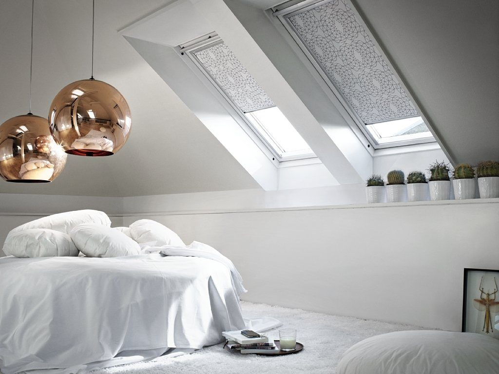 Белая спальня в стиле минимализма с мансардными окнами
