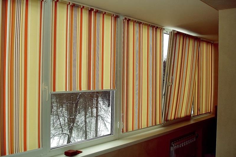 Полосатые шторы рулонного типа на лоджии