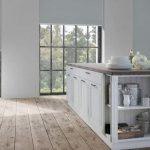 Рулонные шторы для панорамных окон на просторной кухне