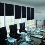 Черные шторы на панорамном окне