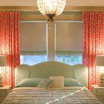 Розовые занавески на окне спальни