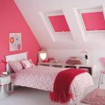 Розовые шторы на мансардных окнах
