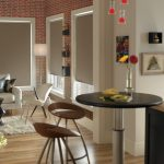 Интерьер кухни-гостиной с серыми шторами