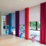 Декорирование большого окна разноцветными шторами