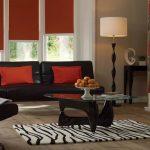 Бардовые подушки на черном диване