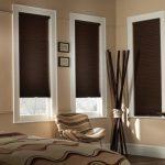 Темно-коричневые шторы на окнах современной спальни
