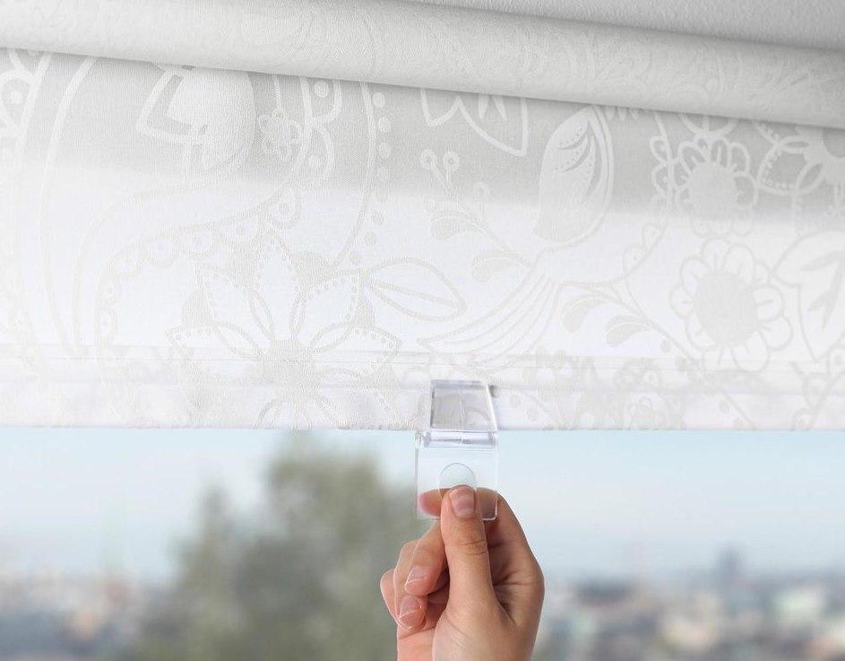 Светлая рулонная штора Икеа без цепочки