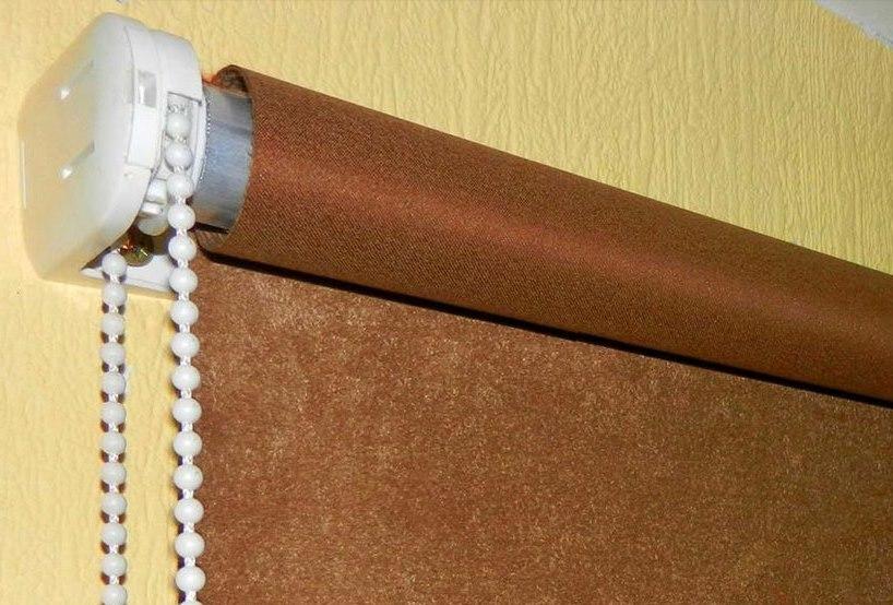 Закрепление на стене рулонной открытой шторы