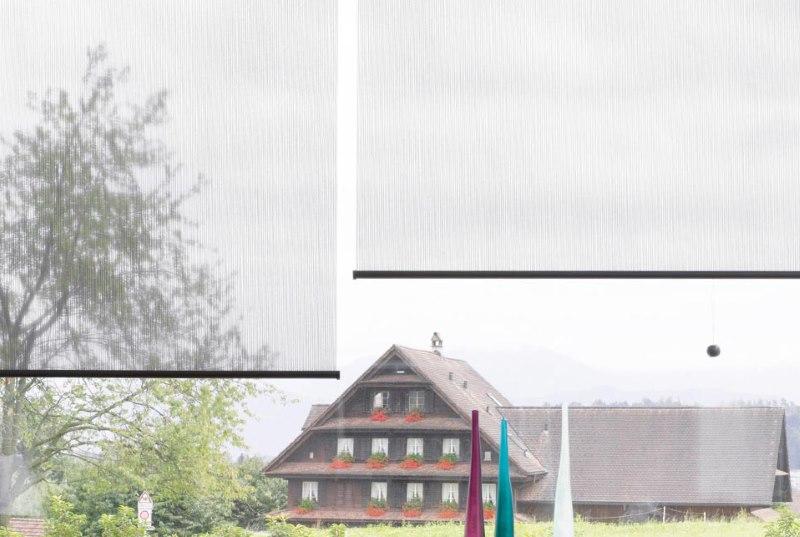 Прозрачные рулонные шторы на балконе частного дома