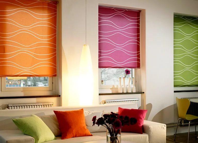 Разноцветные шторы блэкаут на окнах гостиной