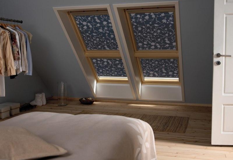 Интерьер спальни с плотными шторами на мансардных окнах