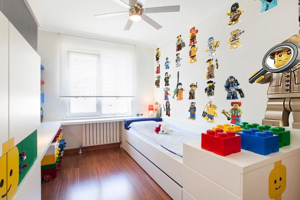 Легкая полупрозрачная штора на окне детской комнаты