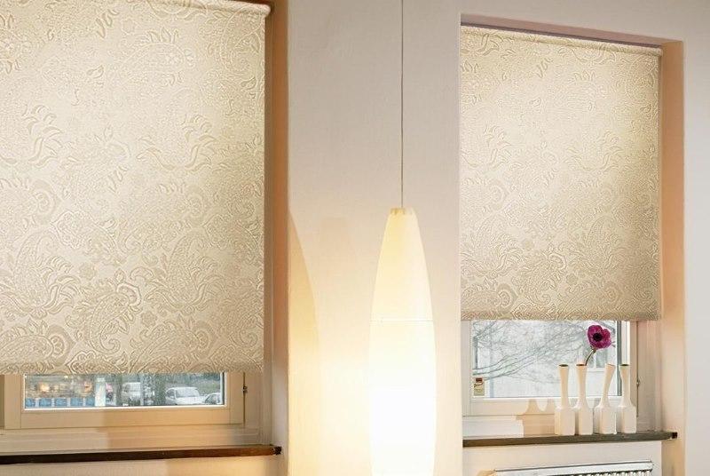 Рулонные шторы внутри оконного проема