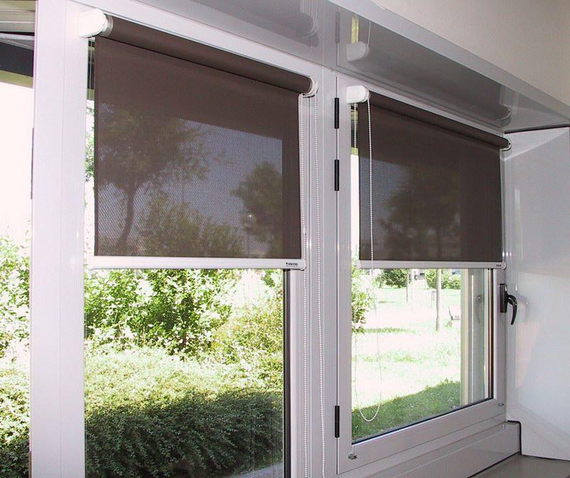 Пластиковое окно с мини рулонными шторами