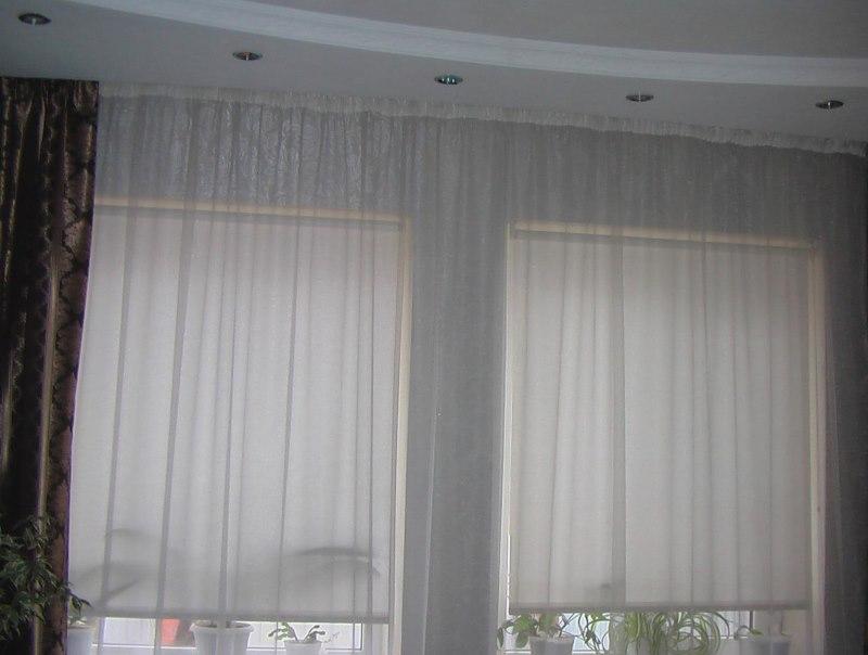 Полупрозрачные тканевые роллеты Икеа на окне гостиной