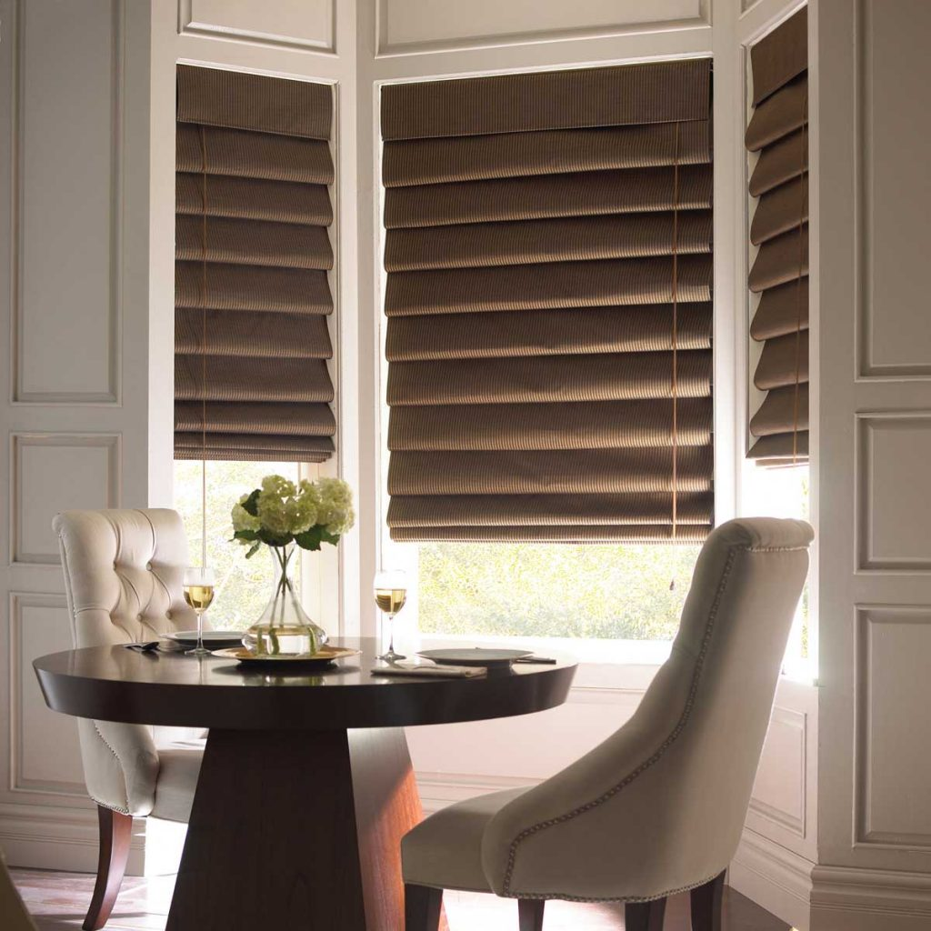 Темно-коричневые римские шторы каскадного типа