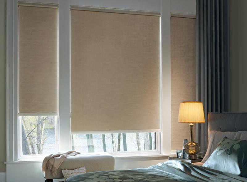 Окна спальни с рулонными шторами блэкаут бежевого тона