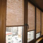 Рулонные шторы на окне балкона