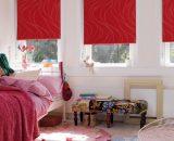 Бардовые шторы рулонного типа в светлой спальне