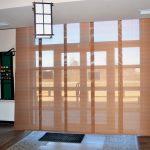 Рулонные шторы на дверном проеме