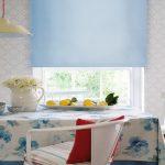 Голубая роллета в интерьере кухни