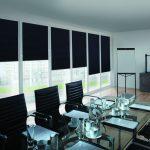Черные шторы блэкаут в переговорной комнате крупной компании